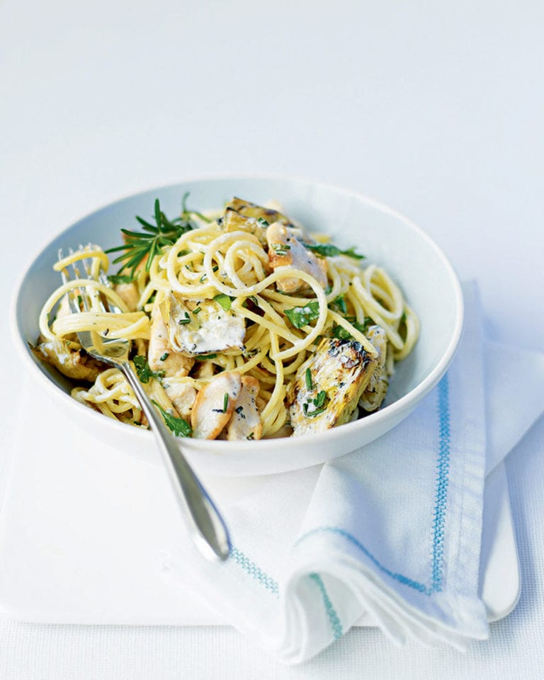 Spaghetti with chicken, rosemary and artichokes