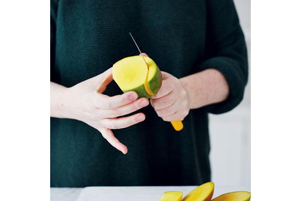 preparing-a-ripe-mango-2