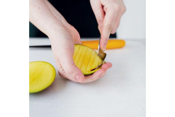 preparing-a-ripe-mango-4