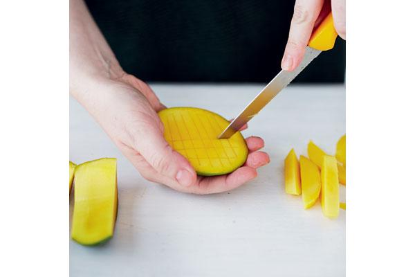preparing-a-ripe-mango-5