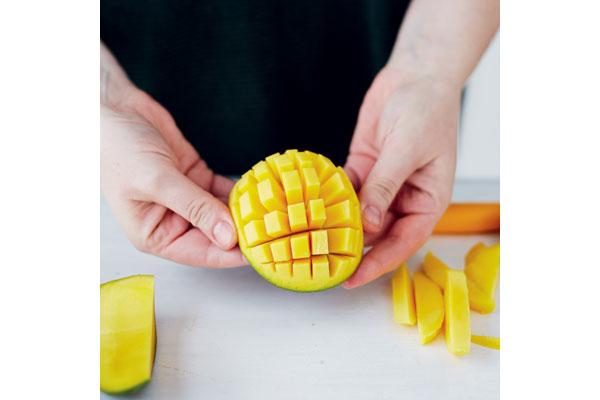 preparing-a-ripe-mango-6