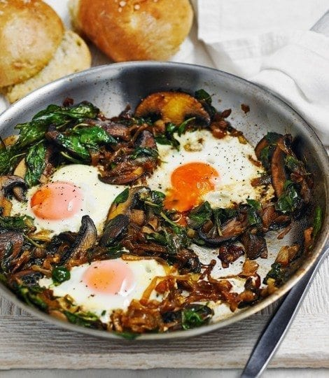 Fried eggs with spicy onions and spinach