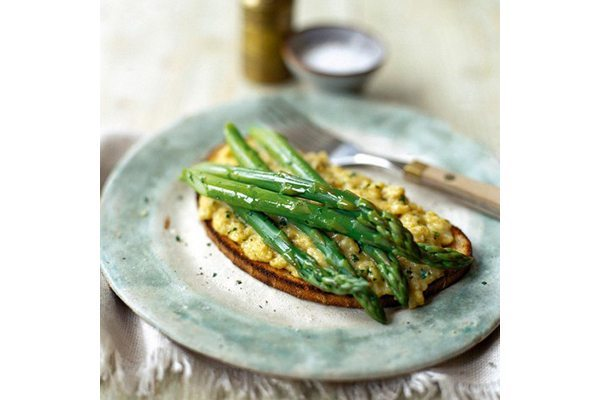 Asparagus and scrambled eggs on toast