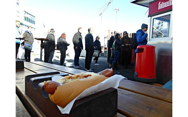 Hot-dog-and-the-queue-at-Baejarins-Beztu