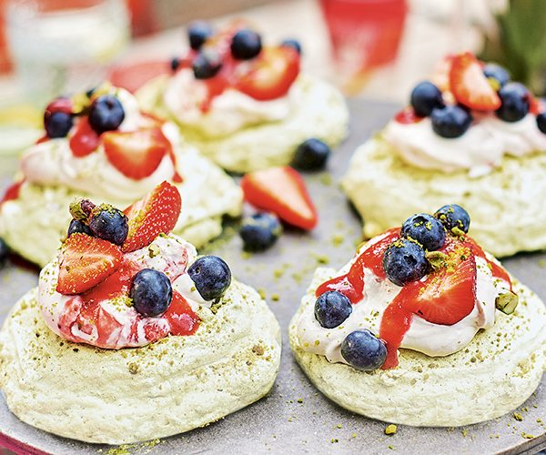 pistachio-macaroon-meringues-with-strawberry-fool