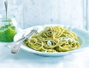Easy wholewheat spaghetti with rocket and goat's cheese pesto