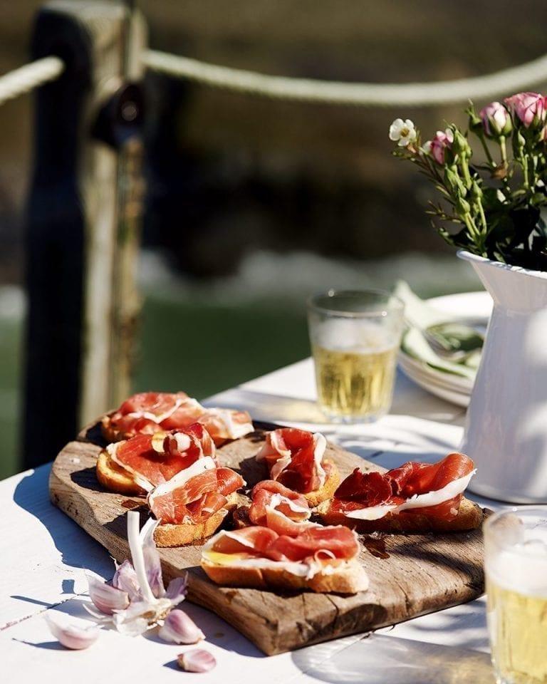 Ibérico ham and garlic toasts
