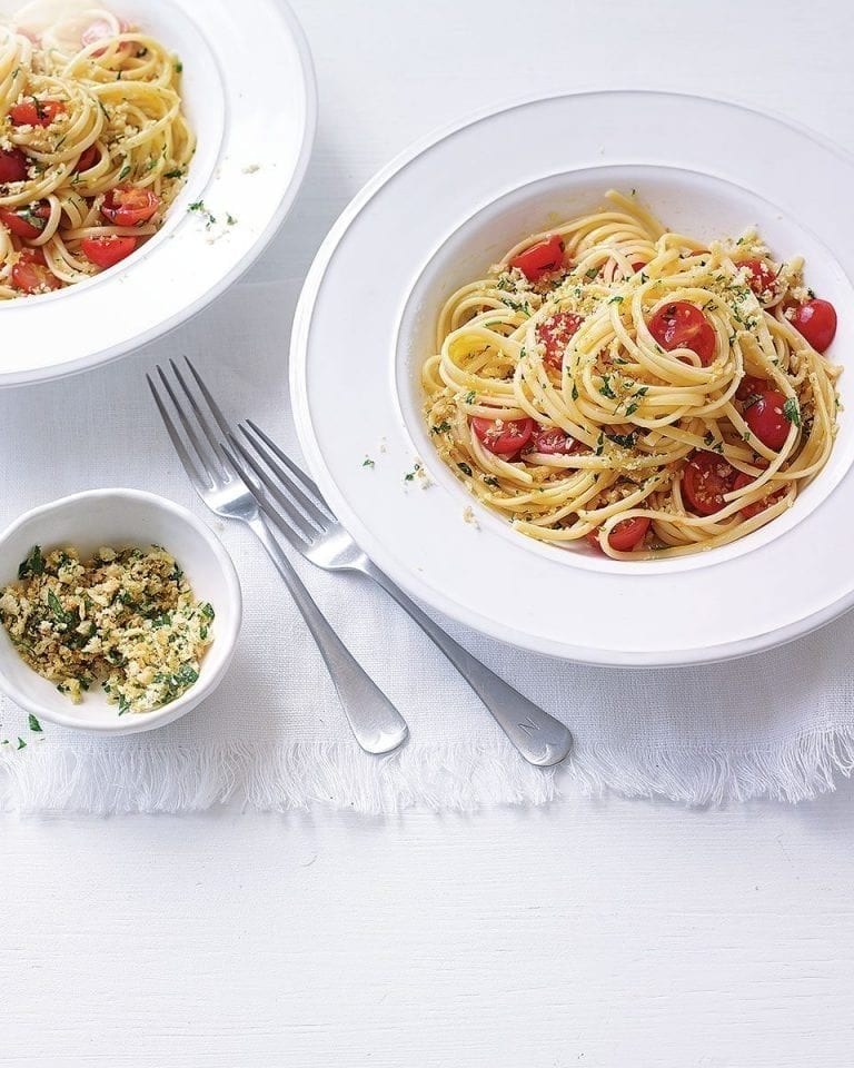 Fresh tomato linguine with parsley breadcrumbs