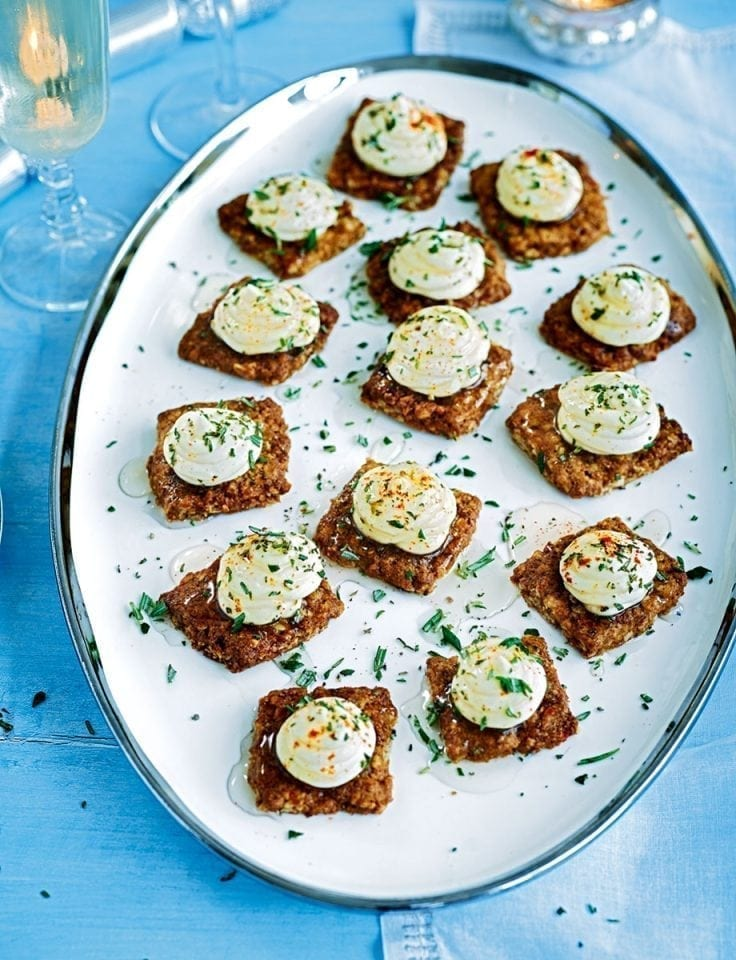 Oat biscuits with herbs and goat's cheese