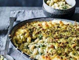 Macaroni cheese with spinach and pesto pangrattato