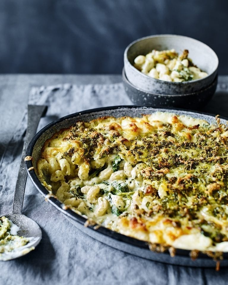 Macaroni cheese with spinach and pesto pangrattato