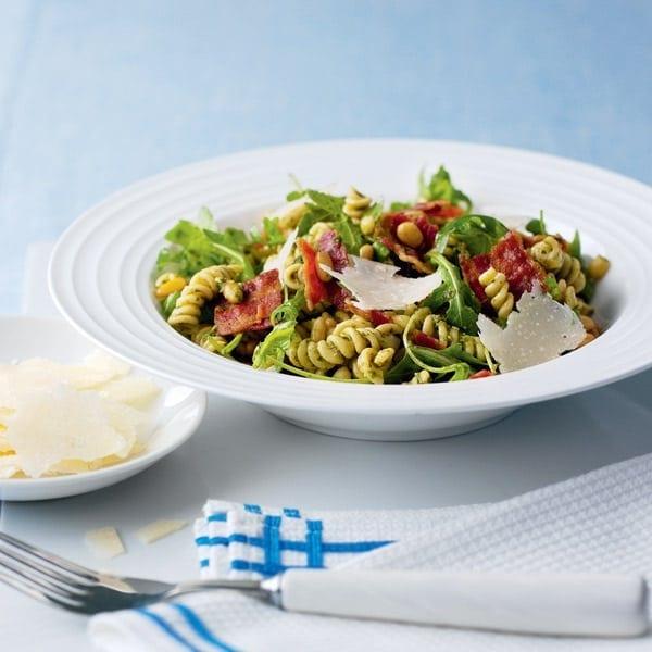Warm pasta with pesto and crispy bacon