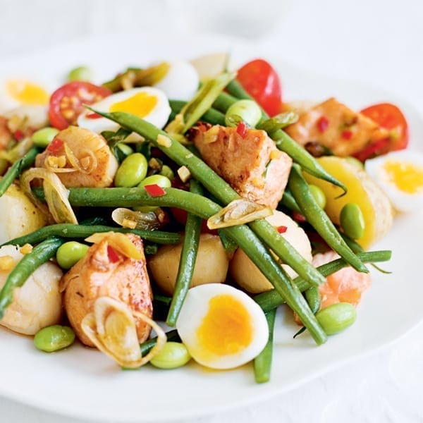 Scallop and salmon salad with beans and quail's eggs