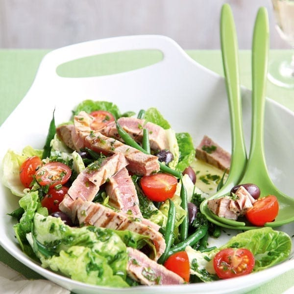 Tuna niçoise salad with garlic and herb dressing