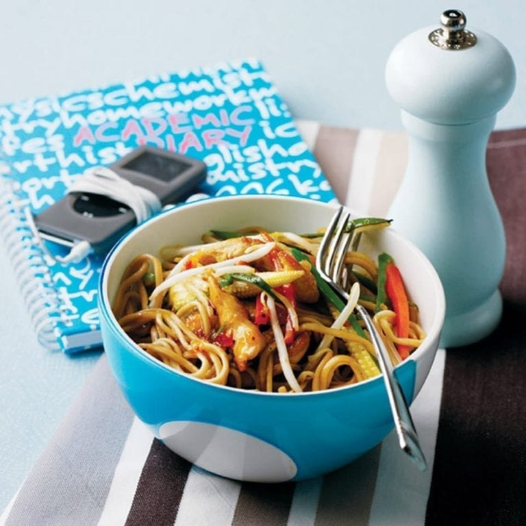 Stir-fried chicken and vegetable noodles