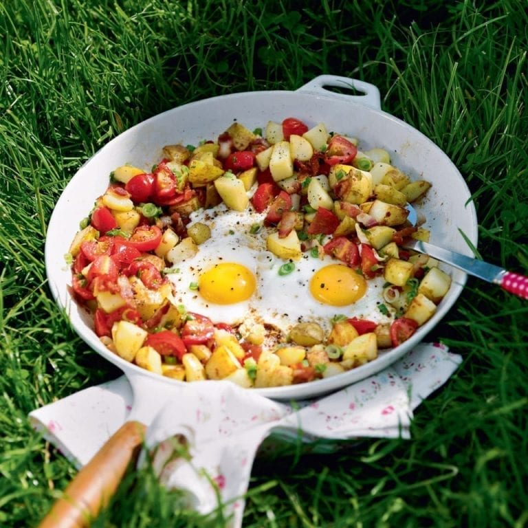 One-pan hash potatoes with bacon, tomato and egg