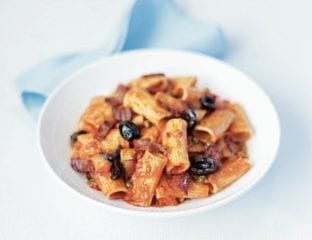 Crispy bacon, chilli and tomato rigatoni