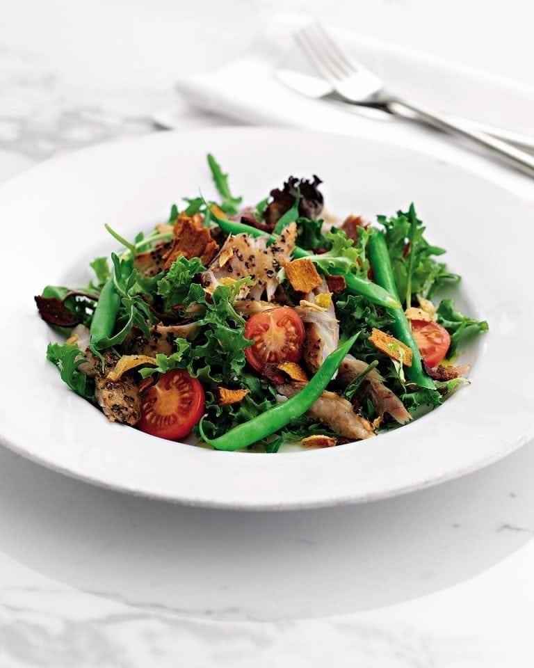 Quick pepper mackerel salad with vegetable crisps