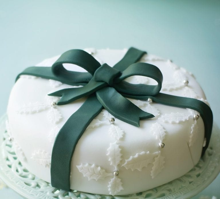 How to make a holly and ribbon Christmas cake