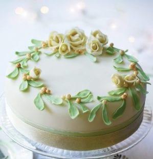 How to make a mistletoe and roses Christmas cake