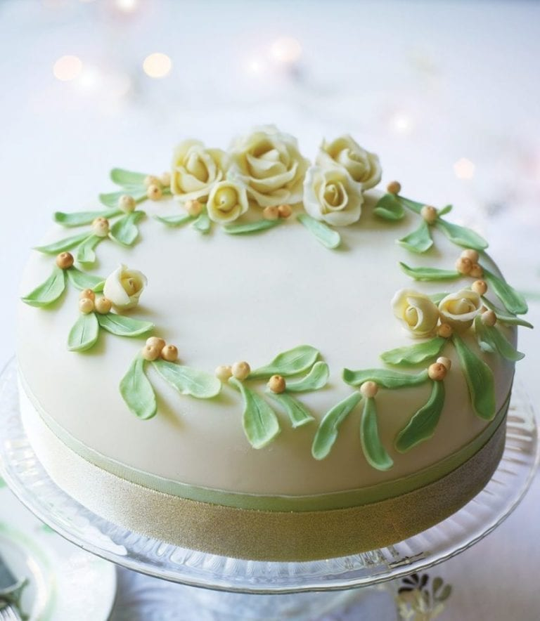 How to make a mistletoe and roses Christmas cake
