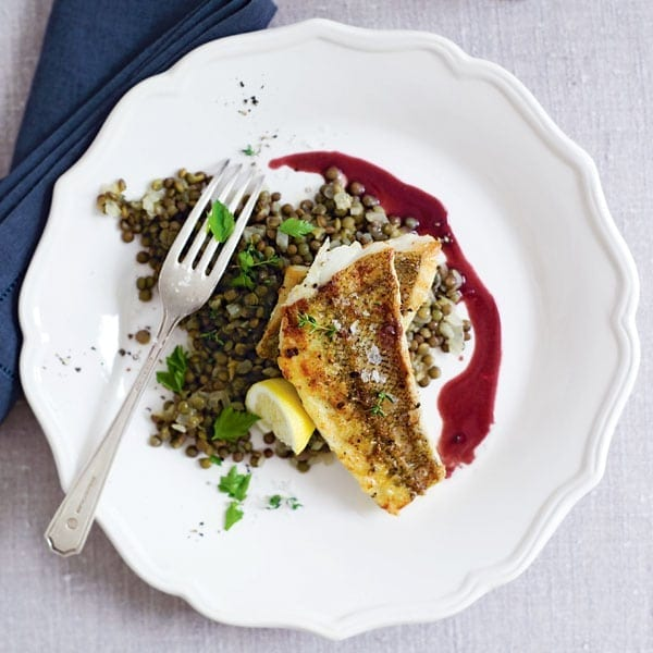 Lightly curry-spiced cod with red wine sauce and lentils