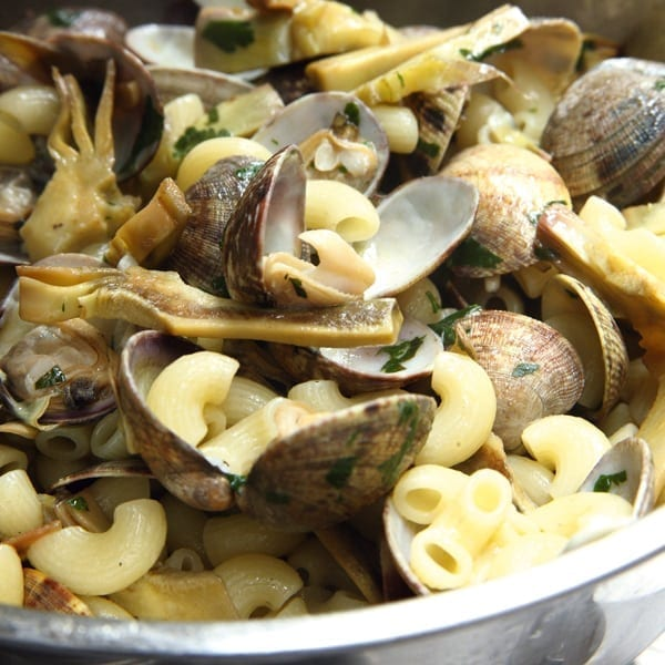 Elbow macaroni with clams and artichokes