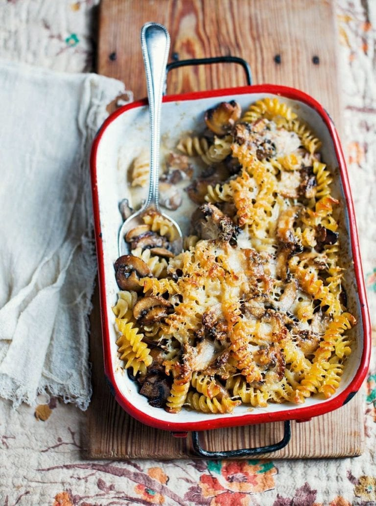 Baked pasta with mushrooms, white wine and cream