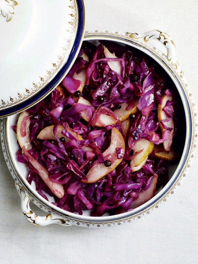 Stir-fried red cabbage with juniper and pears