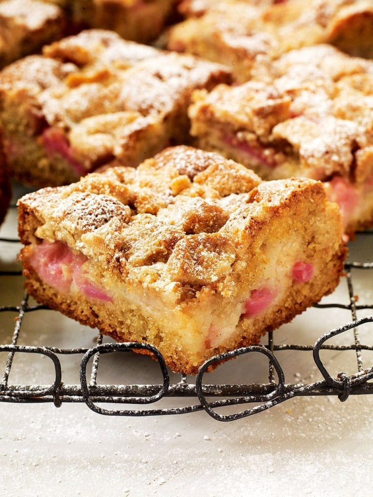 Rhubarb, vanilla and soured cream crumb cake