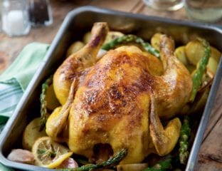 One-tray roast chicken with white wine, potatoes and asparagus
