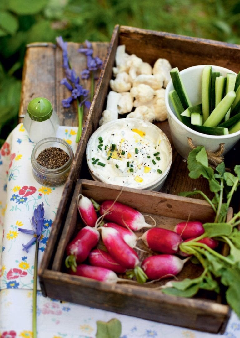 Crudités with cream cheese and herb dip