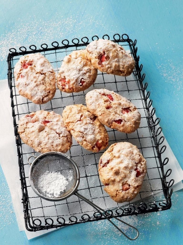 Strawberry ricciarelli biscuits