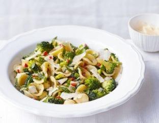 Red chilli and broccoli pasta