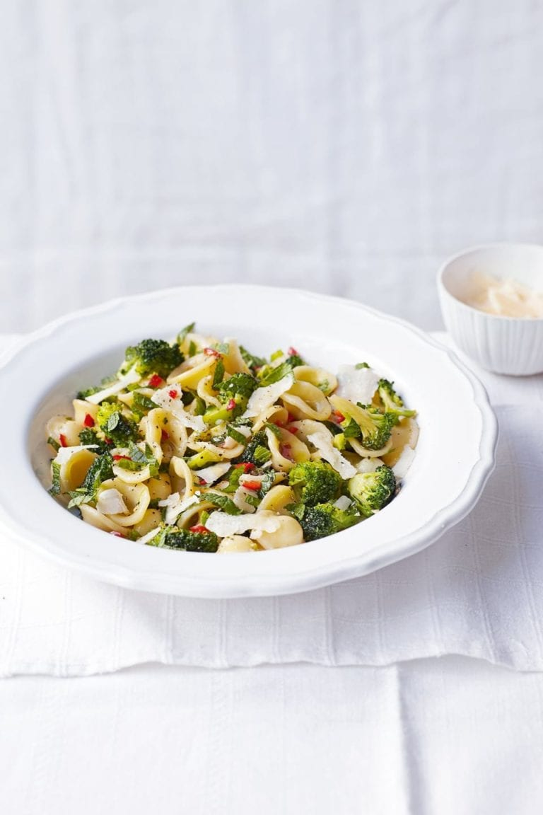 Red chilli and broccoli pasta
