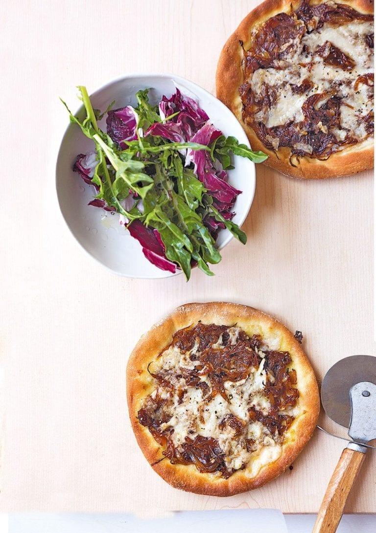 Pizzette with vegan mozzarella and onion relish