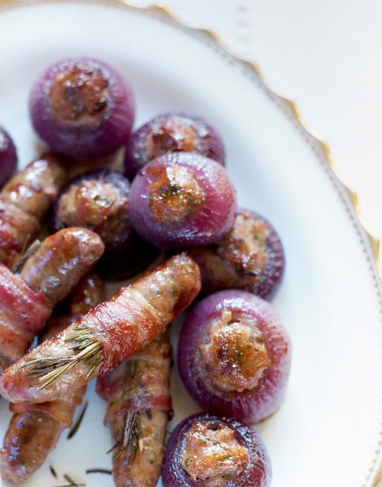 Stuffing-filled roasted red onions