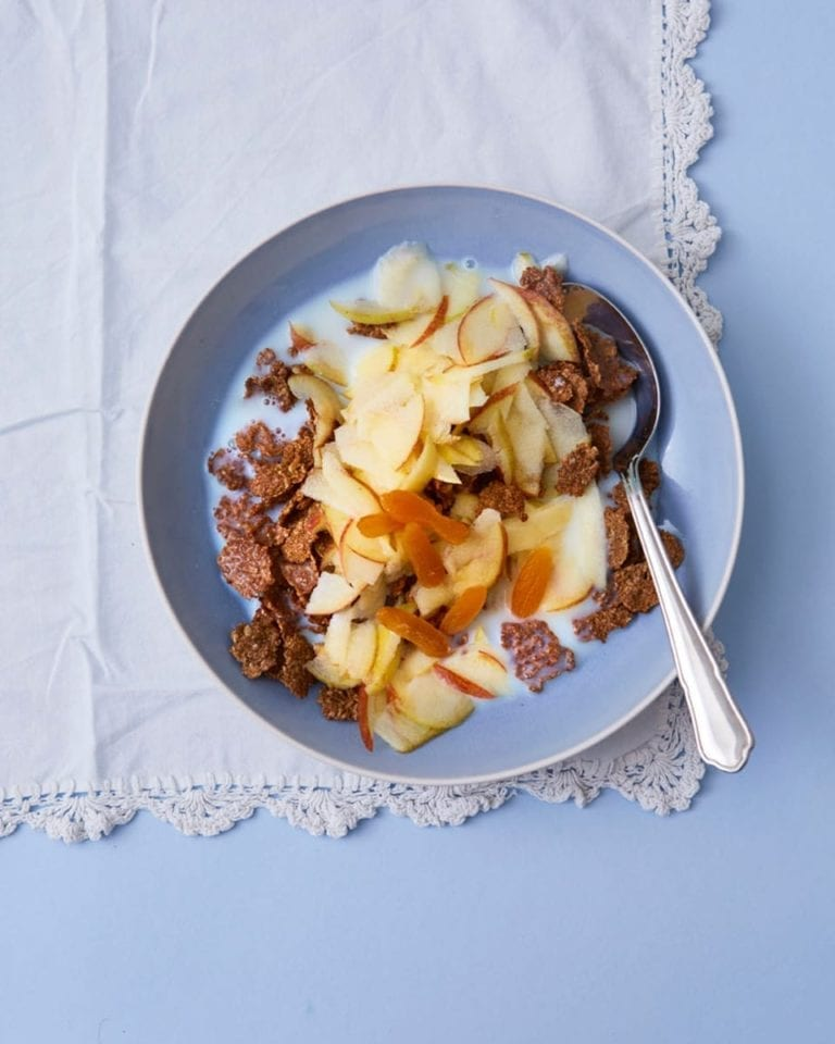 Bran flakes with apple and apricots