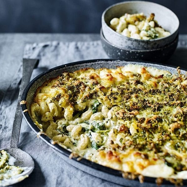 macaroni cheese with spinach and pesto