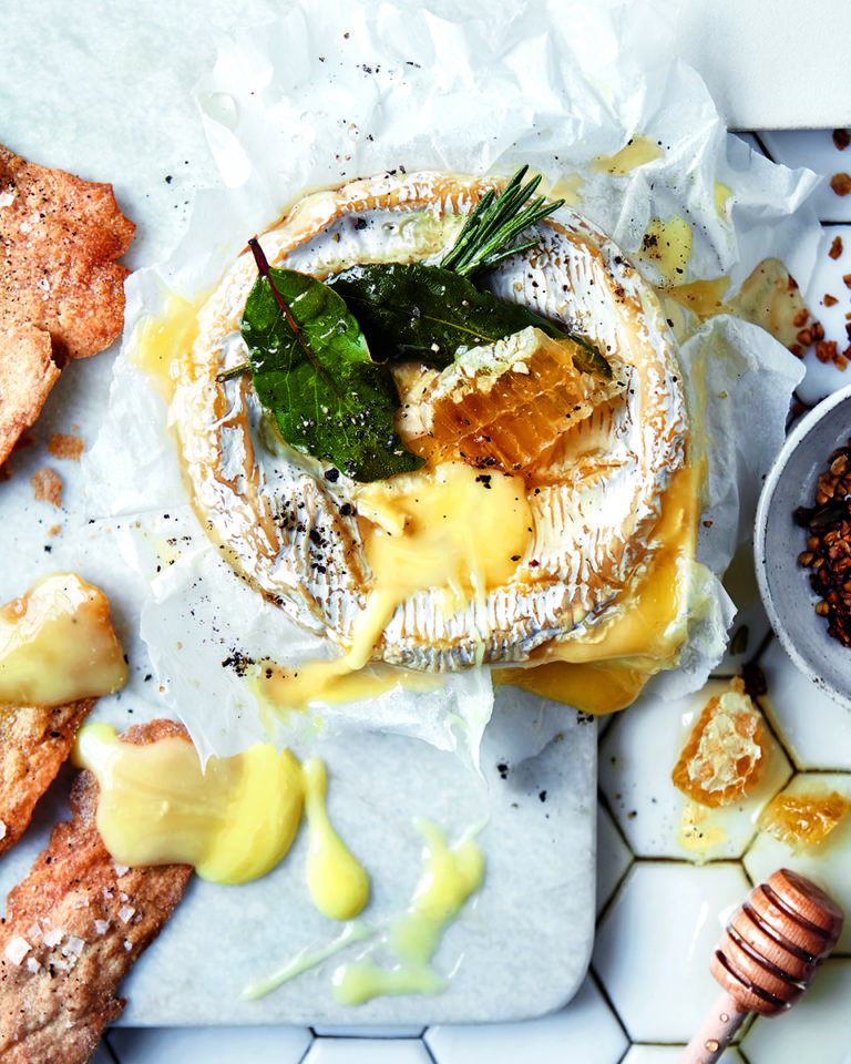 Baked camembert with honey, granola and rye crackers
